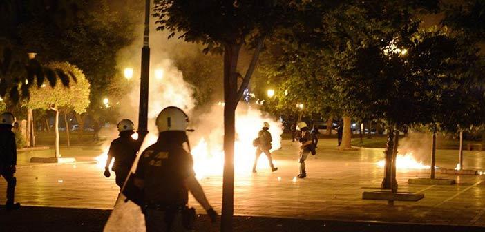 «Απάντηση» στην «επιχείρηση-σκούπα» στα Εξάρχεια – Πέταξαν μολότοφ σε αστυνομικούς