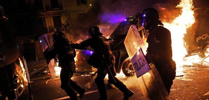 Χάος στη Βαρκελώνη: Οδομαχίες διαδηλωτών με την αστυνομία – Στέλνει πολιτοφυλακή η Μαδρίτη