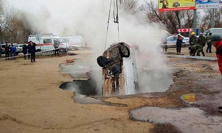 Άνοιξε ο δρόμος, έπεσαν με το αυτοκίνητο σε αγωγό με καυτό νερό και κάηκαν ζωντανοί
