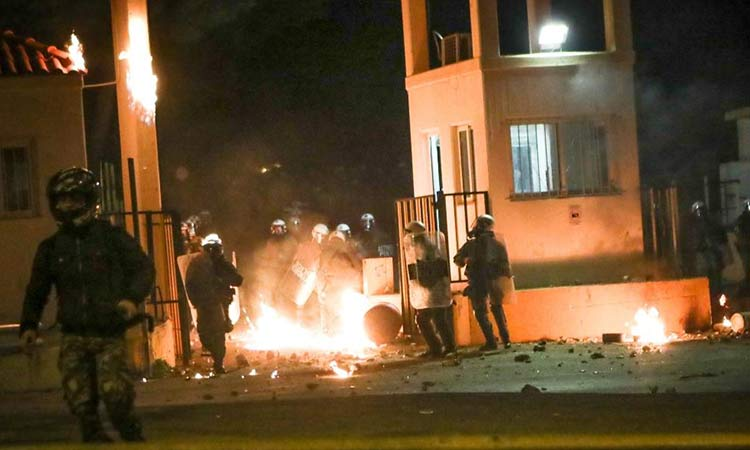 Λέσβος: Γενική απεργία και την Πέμπτη – Αποσύρονται τα ΜΑΤ μετά τα σοβαρά επεισόδια