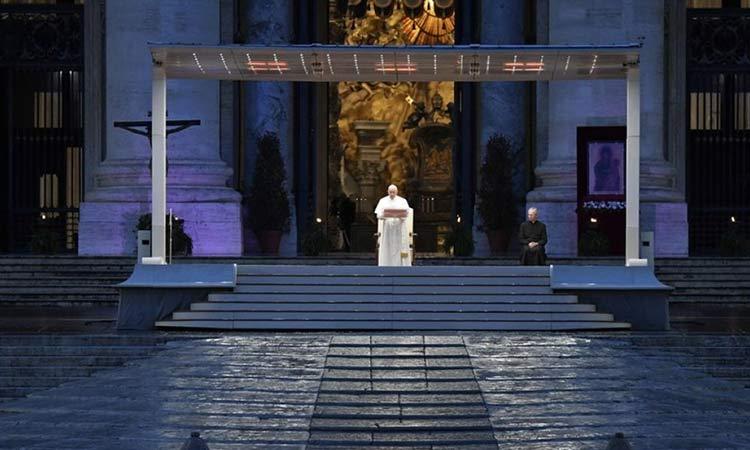Στην έρημη πλατεία του Αγίου Πέτρου προσευχήθηκε ο Πάπας