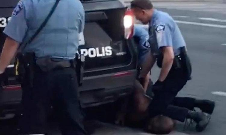 Οργή στις ΗΠΑ: Αφροαμερικανός πέθανε κατά τη σύλληψή του – Αστυνομικός τον πάτησε στον λαιμό