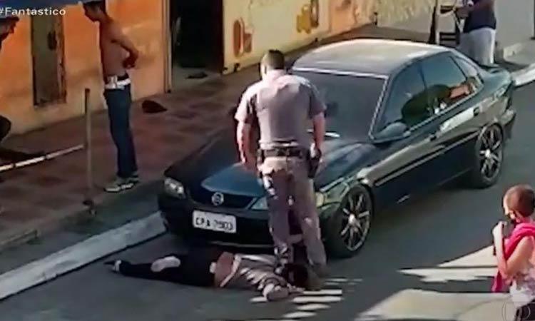 Βίντεο-σοκ: Αστυνομικός ποδοπατά στον λαιμό μαύρη γυναίκα στη Βραζιλία