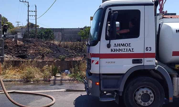 Η Πολιτική Προστασία του Δήμου Κηφισιάς στη φωτιά στον παράδρομο της Ε.Ο. στο ύψος της Λυκόβρυσης