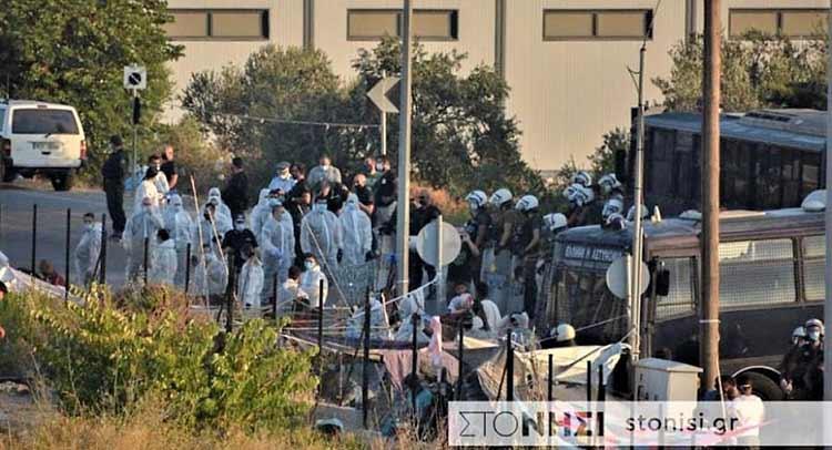 Λέσβος: Eπιχείρηση της ΕΛ.ΑΣ. για να μπουν οι μετανάστες στη δομή του Καρά Τεπέ