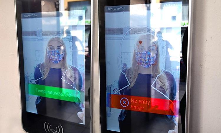 Θερμόμετρο υπέρυθρης ακτινοβολίας στην είσοδο του δημαρχείου Χαλανδρίου