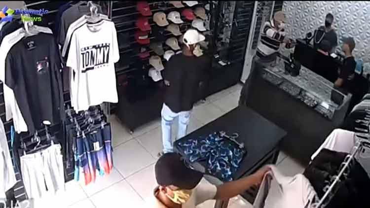 Βίντεο σοκ: Η στιγμή που επιχειρηματίας βγάζει πιστόλι και σκοτώνει τρεις ληστές
