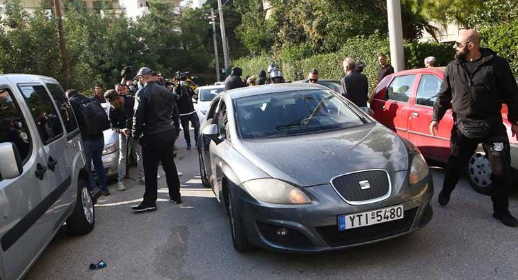 Χρυσαυγίτες επιτέθηκαν σε φωτορεπόρτερ έξω από το σπίτι του Μιχαλολιάκου