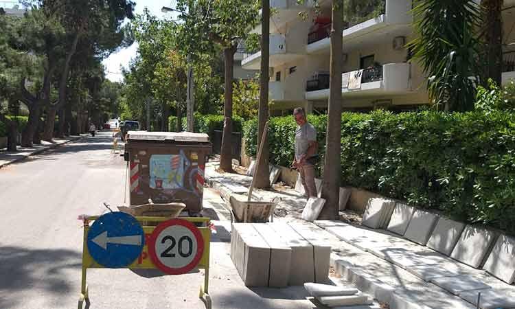 Συνεχίζονται οι παρεμβάσεις σε πεζοδρόμια στα Βριλήσσια