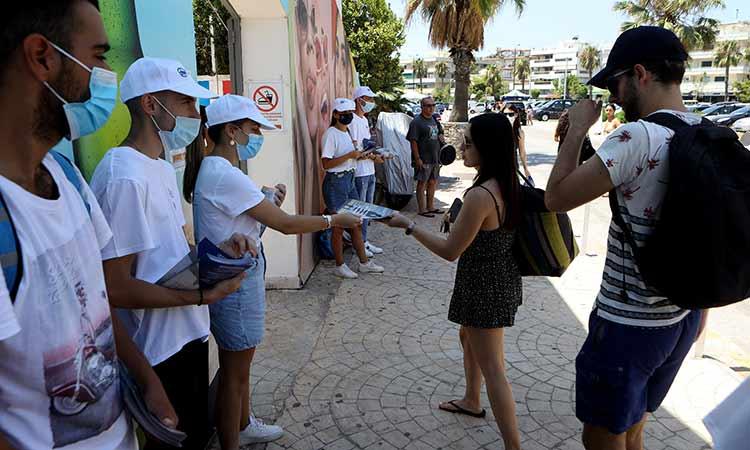 Σε παραλιακό μπαρ στη Βάρκιζα συνεχίστηκε το Σάββατο η εκστρατεία ενημέρωσης των νέων για τον εμβολιασμό