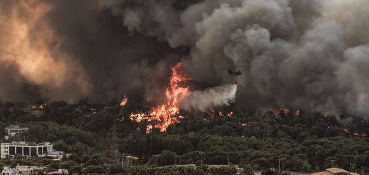 Φωτιά στη Βαρυμπόμπη: Στις Αδάμες οι φλόγες, ρίψεις πάνω στα σπίτια στο ρέμα της Χελιδονούς