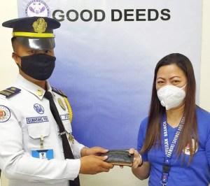 SM Center Pulilan security returns money to mall patron