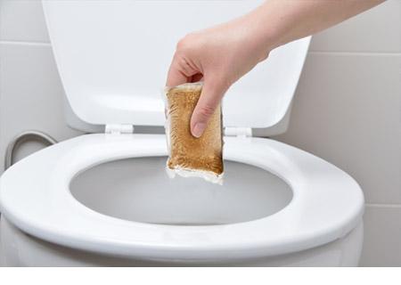 sachet d'enzyme ajouté dans la toilette