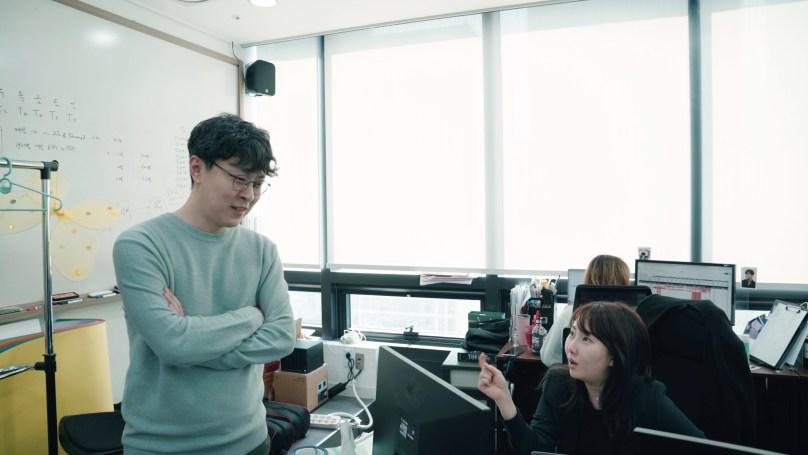 직원들과 대화하고 있는 패스트트랙아시아 박지웅 대표