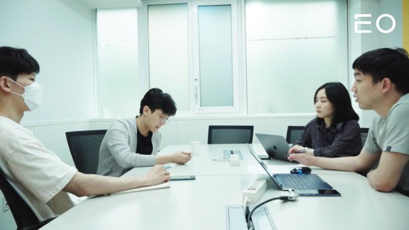 팀원들과 회의 중인 챌린저스 최혁준 대표