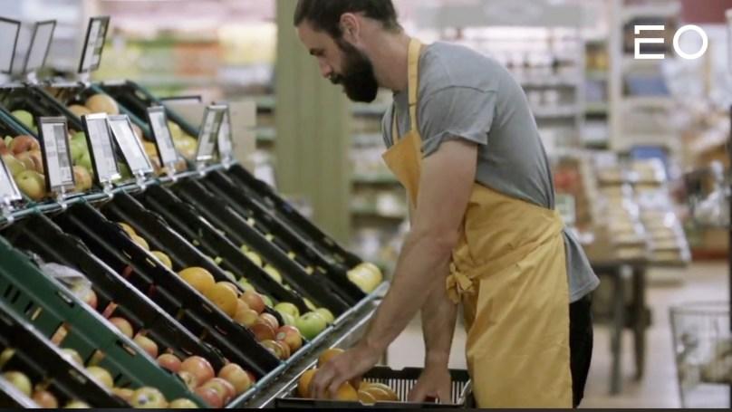 마트에서 과일을 다루고 있는 노동자