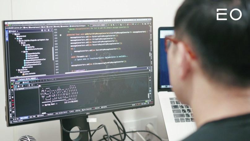 코딩하고 있는 배달의민족 리드 개발자 이동욱