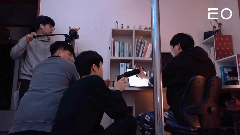 촬영을 진행 중인 티키틱 멤버들