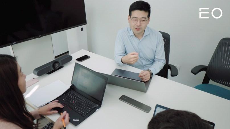 직원들과 의논 중인 한국신용데이터 김동호 대표