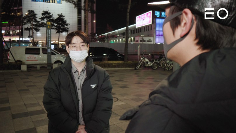 동대문의 사입 삼촌과 이야기가 나누고 있는 거북선컴퍼니 염승헌 대표