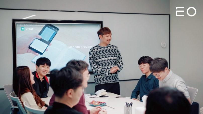 직원들과 회의를 진행 중인 보이저엑스 김무궁 개발자
