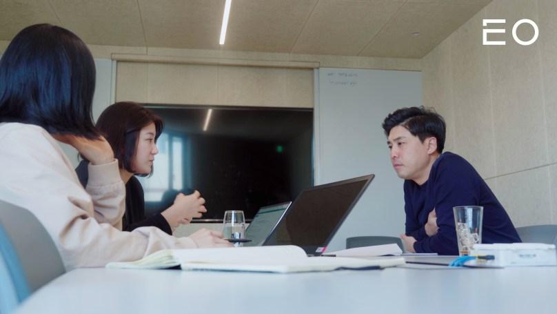 직원들과 회의 중인 제주맥주 문혁기 대표