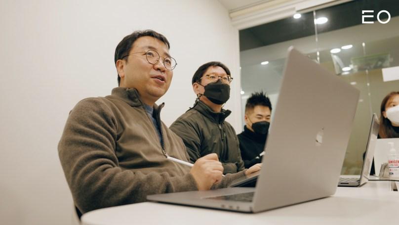 직원들과 논의 중인 헤이스타즈 송진주 대표