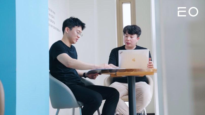 팀원과 논의 중인 카찹 이원재 대표