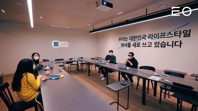 회의를 진행 중인 이승재 대표와 버킷플레이스의 구성원들