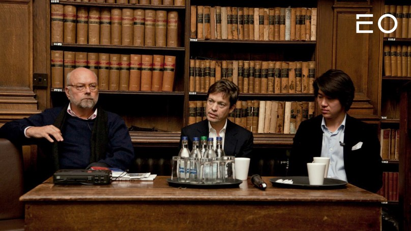 니콜라스 베르그루엔(가운데)과 동석함 옥스퍼드 대학교 재학 당시의 래디쉬 이승윤 대표