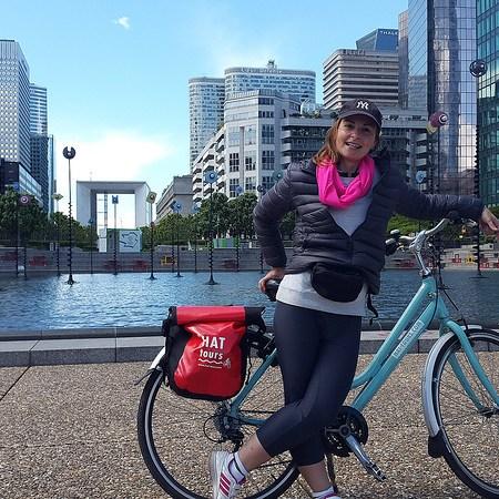 Foto di me a La Defense a Parigi sempre in bici