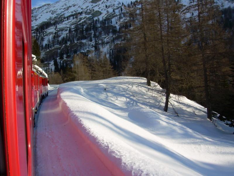 contrasto del rosso del trenino con il bianco della neve