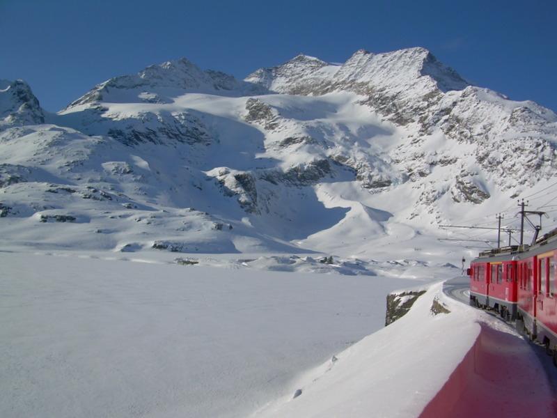 Arrivo Trenino Rosso del Bernina al lago Bianco
