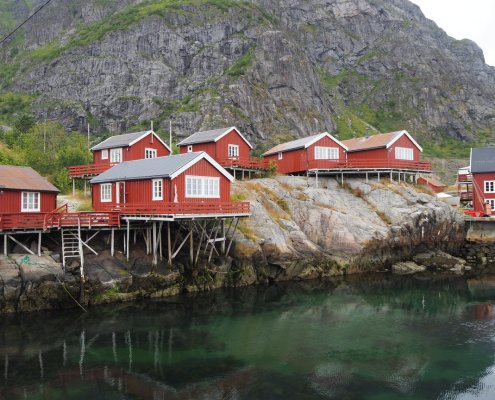 villaggio rosso arroccato alle Isole Lofoten