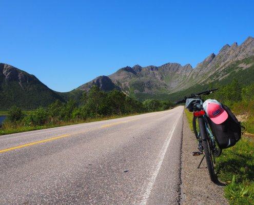 vista della bici sulla strada E10 Lofoten