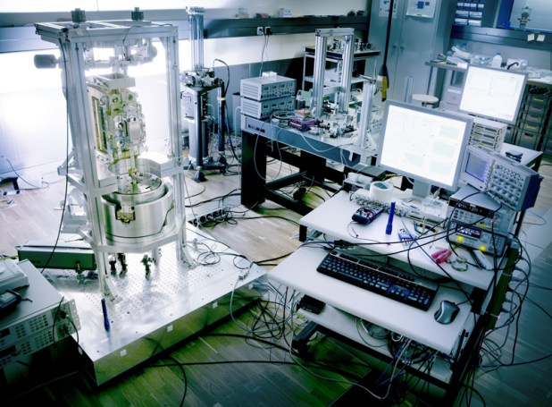 The new definition of kilograms gives the measurements using a Kibble balance and absolute gravimeter.