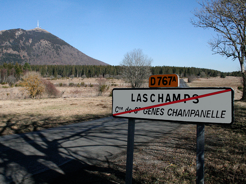 A sign near the north entrance to the village of Laschamps shows the correct spelling of the name.