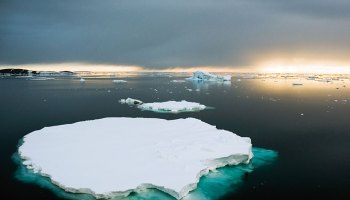 Iceberg that has broken off from the Antarctic ice sheet