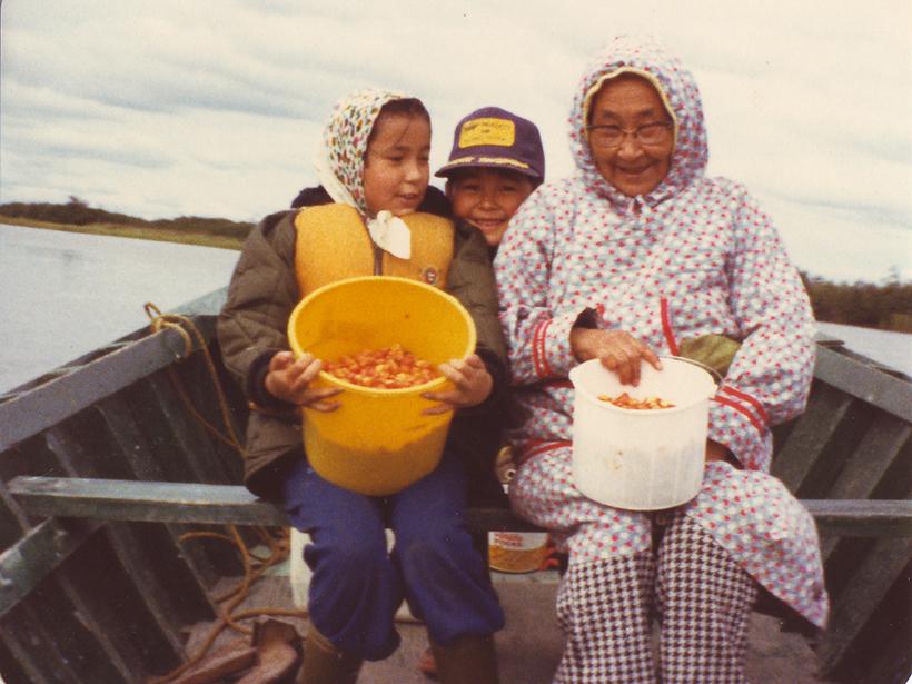 Raychelle Daniel y su familia en un barco frente a la costa de Alaska alrededor de 1980.