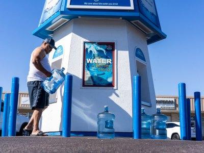 Jaime Elizondo fills up a bottle of water in west Phoenix.