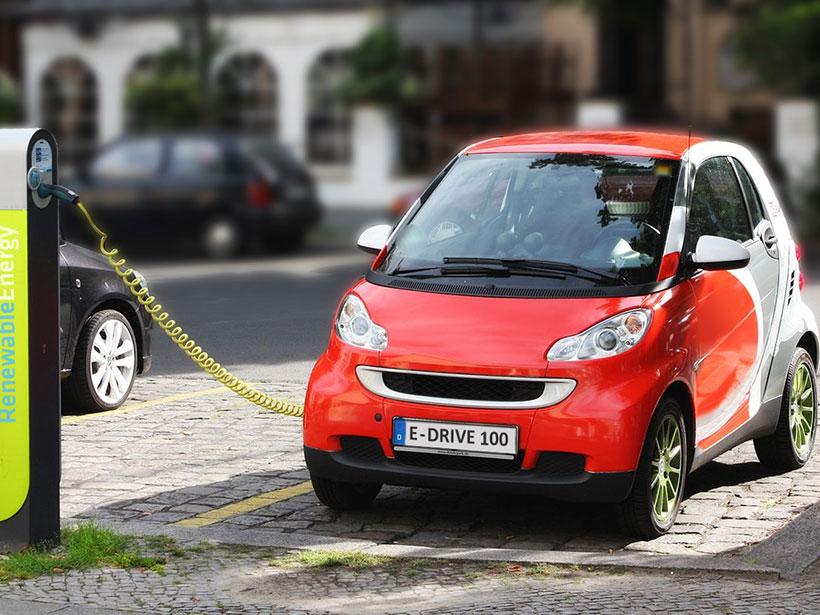 电动汽车在柏林的一个加油站充电