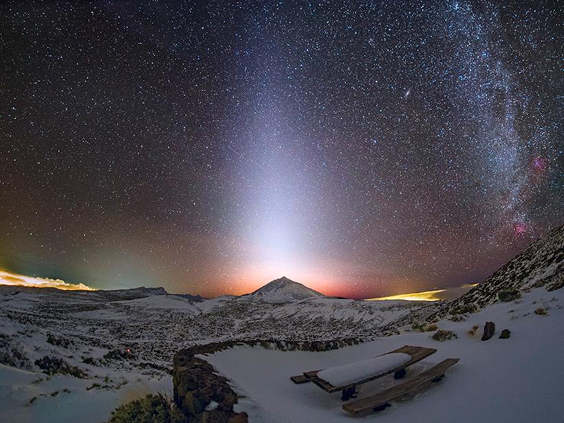 在加那利群岛,一列黄道光在繁星满天的夜空中从泰德山向上延伸。