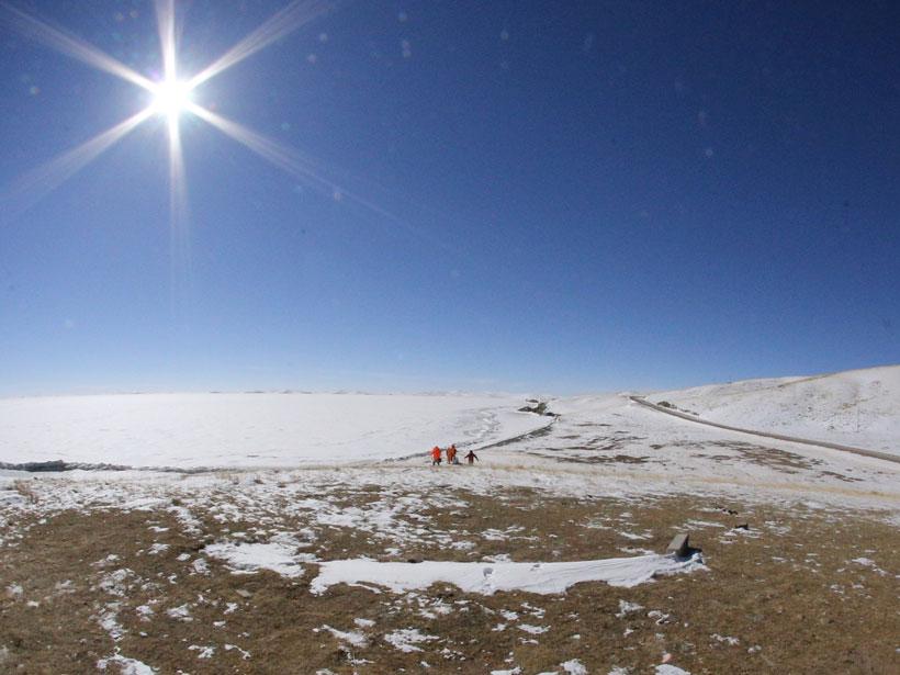 冰层覆盖的鄂陵湖。鄂陵湖是青藏高原上最大的淡水湖,面积达610平方公里。
