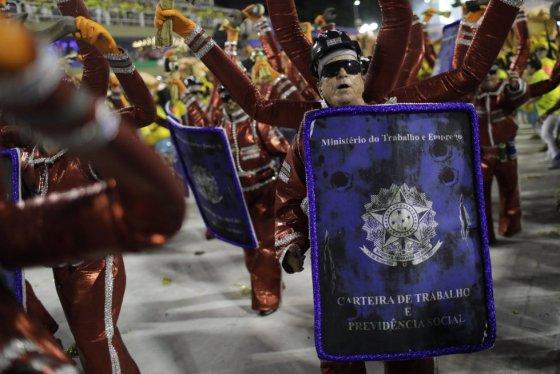 Escola de São Cristóvão fez crítica contra a precarização do trabalho.