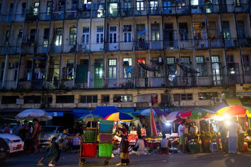 Un grupo de ciudadanos se reune en un mercado callejero de Yangon