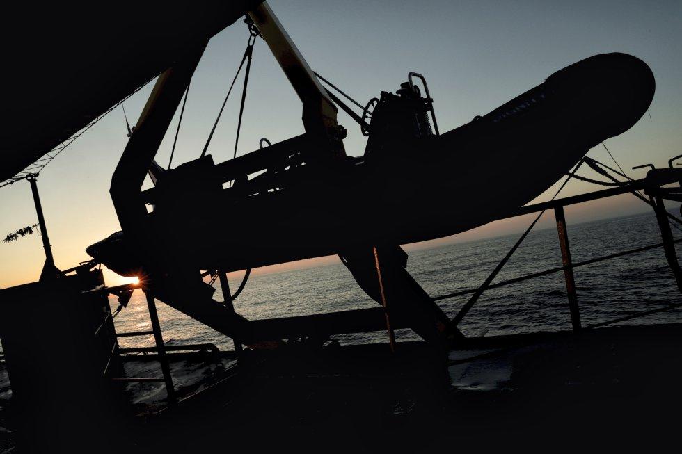 Amanece de camino a la zona de rescate, en aguas internacionales frente a la costa libia.
