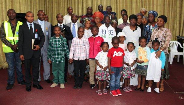 Iglesia evangélica fundada por nigerianos en Fuenlabrada. Alrededor de 40 personas van a las misas, en las que bailan y bailan para alabar a Dios.