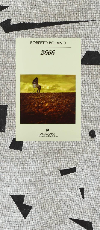 """Roberto Bolaño escribió esta novela cuando se sabía sentenciado a muerte y se publicó un año después de su fallecimiento. Salvo quizá su enigmático titulo —el numeral de un año tan distante—, nada revela aquella brega; todo en este relato es la expresión jubilosa de una imaginación en estado de gracia: múltiple, rápida, nítida, juega con ecos de la literatura universal y otros de la propia vida. Es una cumbre de las letras posmodernas —aunque el adjetivo huela ya a puchero de enfermo—, pero lo cierto es que Bolaño es también un post del llamado boom latinoamericano. Su americanidad es quizá menos intensa pero más extensa, más universal: buena parte de su obra es un irónico diálogo con sus grandes antecesores. Las novelas buscan poner orden, pero el Orden es, en el fondo, un reconocimiento y hasta un tributo a la superioridad estética y epistemológica del Desorden y del Caos. '2666' se divide en cinco """"partes"""" que se complementan y que convergen. Un apunte manuscrito (que se reproduce en la más reciente edición) enumera lo que llama las """"líneas, puntos de fuga, folletones"""" que la vertebran. Como 'Los detectives salvajes', '2666' comienza como una 'quest' colectiva en la que vivir y leer se entrelazan; cuatro jóvenes y desorientados filólogos quieren saber más de un misterioso escritor alemán, Benno von Archimboldi, del que nadie sabe nada. Pero, a vueltas de sus erráticos pasos por el campus global, acaban por llegar (como al final de Los detectives…) al Estado mexicano de Sonora: a una ciudad que, bajo el nombre de Santa Teresa, oculta a Ciudad Juárez. En las dos """"partes"""" siguientes rinden viaje en el mismo paraje un exiliado chileno, Óscar Amalfitano, profesor de filosofía al borde de la locura, y un periodista afroamericano, Oscar Fate, cuyo relato es el perfecto remedo de una novela negra clásica. El """"folletón"""" final del libro cuenta la vida de aquel que todos buscan, el escritor Archimboldi, que es un animado cuento de la Segunda Guerra Mundial en Europa. Que ta"""
