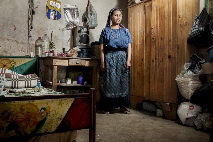 Santa, de 23 años, vive en la comunidad de San Antonio Palopó. Se quedó embarazada involuntariamente a los 18 de su primera y única hija. No conocía ni tenía acceso a métodos anticonceptivos. Por las críticas de la gente del pueblo y de la familia de su pareja, se casó con su marido.