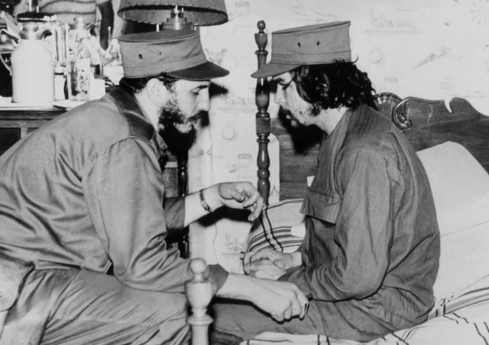 Fidel Castro, con 33 años, y Ernesto 'Che' Guevara, en 1959 en La Habana.